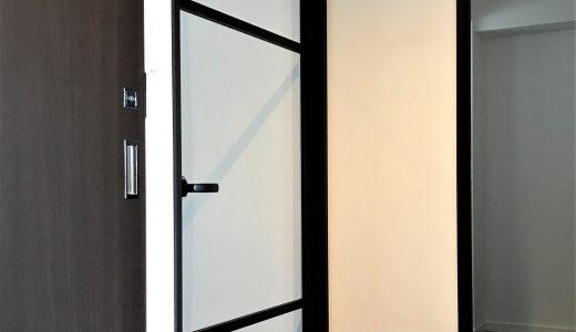開き戸に、黒色のアルミ枠が出来ました!