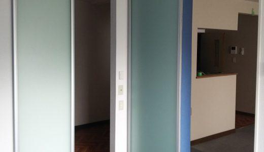 青色で統一された部屋